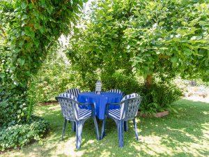 Der Garten unserer Ferienwohnung mit romantischer Sitzgelegenheit.