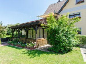 Zum Haus gehört ebenfalls ein Wintergarten.
