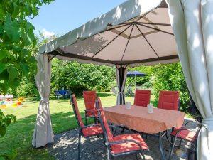 Der Garten unserer Ferienwohnung mit Pavillon und Sitzgelegenheiten.
