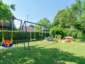 Der Garten unserer Ferienwohnung mit Schaukel, Sandkasten und weiteren Spielmöglichkeiten für die kleinen Gäste.