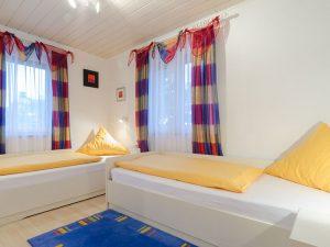 Ein Schlafzimmer unserer Ferienwohnung in Obernsees in der Fränkischen Schweiz.