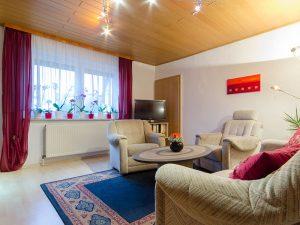 Das Wohnzimmer unserer Ferienwohnung in Obernsees in der Fränkischen Schweiz.