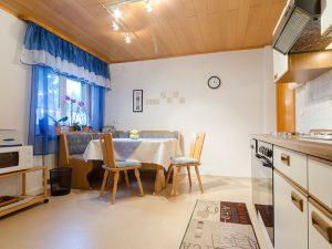 Das Esszimmer mit Küche in unserer Ferienwohnung in Obernsees in der Fränkischen Schweiz.