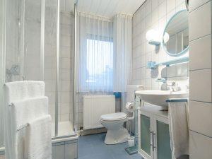Das Badezimmer unserer Ferienwohnung in Obernsees in der Fränkischen Schweiz.